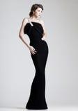 Levantamento modelo da mulher bonita no vestido elegante no estúdio imagens de stock royalty free