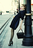 Levantamento modelo em uma rua da cidade Imagens de Stock