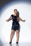 Levantamento modelo encantador no vestido de cocktail brilhante Imagem de Stock
