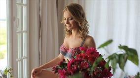 Levantamento modelo fêmea no roupa interior video estoque