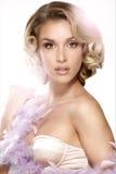 Levantamento modelo louro novo bonito do cabelo encaracolado Fotografia de Stock Royalty Free