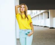 Levantamento modelo na cidade, forma da mulher consideravelmente 'sexy' da rua Imagens de Stock Royalty Free