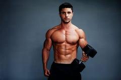 Levantamento muscular considerável do halterofilista Fotografia de Stock