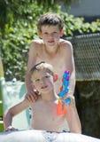 Levantamento novo de dois meninos Fotos de Stock
