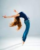 Levantamento novo e bonito do dançarino Imagens de Stock