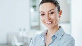 Levantamento seguro bonito da mulher de negócio Fotografia de Stock