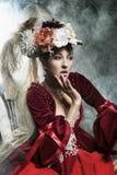 Levantamento triguenho delicado em um vestido do vintage Fotografia de Stock