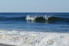 Levantamiento azul profundo de la ola oceánica Imagen de archivo