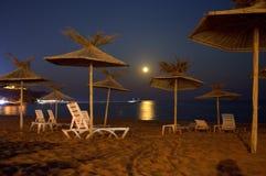 Levantamiento de la luna de la playa Imagen de archivo libre de regalías