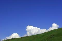 Levantamiento de las nubes de cúmulo imagen de archivo
