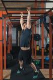Levantamiento de pesas del instructor de Crossfit Imagenes de archivo