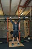 Levantamiento de pesas del instructor de Crossfit Foto de archivo libre de regalías