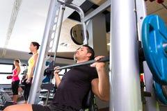 Levantamiento de pesas del sistema del multipower del hombre del gimnasio de la aptitud Fotos de archivo libres de regalías
