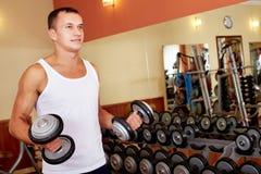 Levantamiento de pesas en gimnasio Fotos de archivo