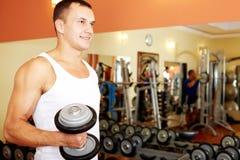 Levantamiento de pesas en gimnasio Foto de archivo libre de regalías