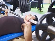 Levantamiento de pesas en gimnasio fotografía de archivo