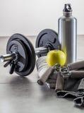 Levantamiento de pesas masculino de la aptitud, del músculo y en el concepto del gimnasio Fotos de archivo