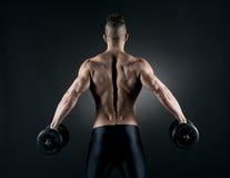 Levantamiento de pesas muscular del hombre Fotografía de archivo libre de regalías