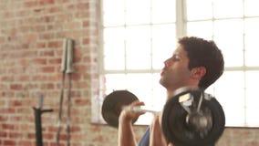 Levantamiento de pesas y elaboración aptos del hombre almacen de video