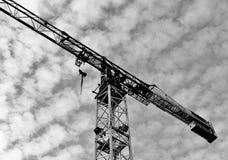 Levantamiento del aislante de la grúa en el fondo blanco de la nube Foto de archivo libre de regalías