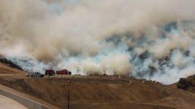 LEVANTAMIENTO del HUMO del incendio fuera de control 1d almacen de metraje de vídeo
