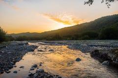 Levantamiento en el río de la montaña Fotos de archivo libres de regalías