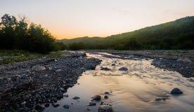 Levantamiento en el río rápido de la montaña Imagen de archivo libre de regalías