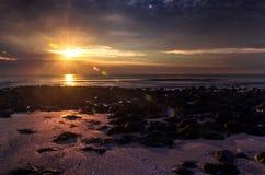 Levantamiento en la playa de piedra negra Fotos de archivo libres de regalías