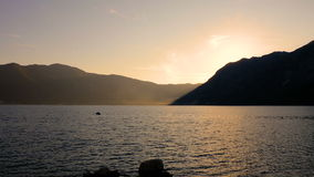 Levantamiento escénico del sol del fondo de la salida del sol Mar y montañas metrajes
