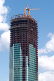 Levantamiento grúa sobre el edificio de la construcción Fotos de archivo libres de regalías