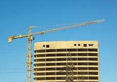 Levantamiento grúa y del edificio de la construcción Imagenes de archivo