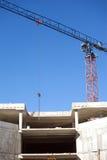 Levantamiento grúa y del top de edificio de la construcción Foto de archivo