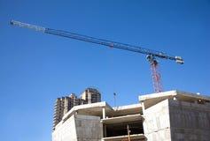 Levantamiento grúa y del top de edificio de la construcción Fotos de archivo