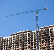 Levantamiento grúa y del top de edificio de la construcción Imagen de archivo libre de regalías