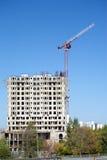 Levantamiento grúa y del top de edificio de la construcción Fotografía de archivo libre de regalías