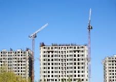 Levantamiento grúa y del top de edificios de la construcción Imágenes de archivo libres de regalías