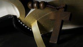 Levantamiento ligero sobre el rosario delante de la Sagrada Biblia almacen de metraje de vídeo
