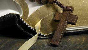 Levantamiento ligero sobre el rosario delante de la Sagrada Biblia almacen de video