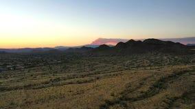 Levantamiento para arriba sobre el desierto del Sonora para ver un incendio fuera de control metrajes