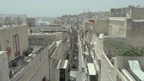 Levantamiento vertical, vuelo del abejón a través de la calle vieja hermosa, La Valeta, Malta Viejo, balcones del vintage, camino almacen de metraje de vídeo