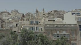 Levantamiento vertical, vuelo del abejón a través de la calle vieja hermosa, La Valeta, Malta Viejo, ventanas del vintage, balcon almacen de video