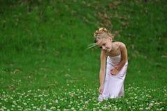 Levantando a menina no vestido cor-de-rosa Fotos de Stock Royalty Free