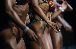 Levantando mulheres no biquini da aptidão da competição do roupa de banho imagem de stock royalty free