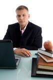 Levantando o homem de negócios novo com livros e maçã Imagem de Stock