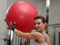 Levantando uma esfera de Pilates Fotografia de Stock