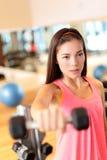 Levantar peso do treinamento da força da mulher do gym da aptidão Foto de Stock
