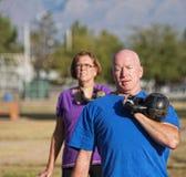 Levantar peso maduro atlético do homem fotografia de stock
