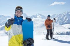 Levante amigos do esporte da passagem e de inverno Fotografia de Stock Royalty Free