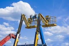 Levante cubetas no céu azul com nuvens Foto de Stock