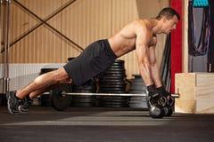 Levante em kettlebells em um gym Imagens de Stock